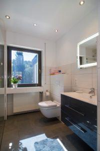 Badezimmer mit Dusche, ebenerdig