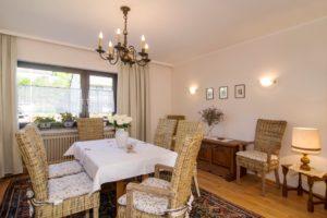 Wohnzimmer mit Tisch und 8 Stühlen