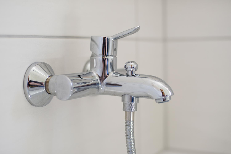 Wasserhahn an der Badewanne
