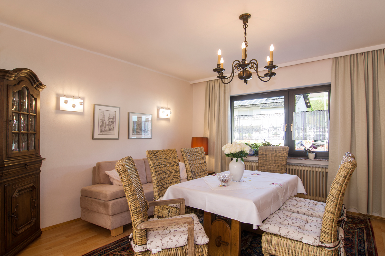 Essecke im Wohnzimmer, vorne links der Gläserschrank
