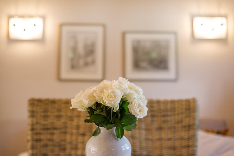 Wohnzimmer, Blumen auf dem Esstisch