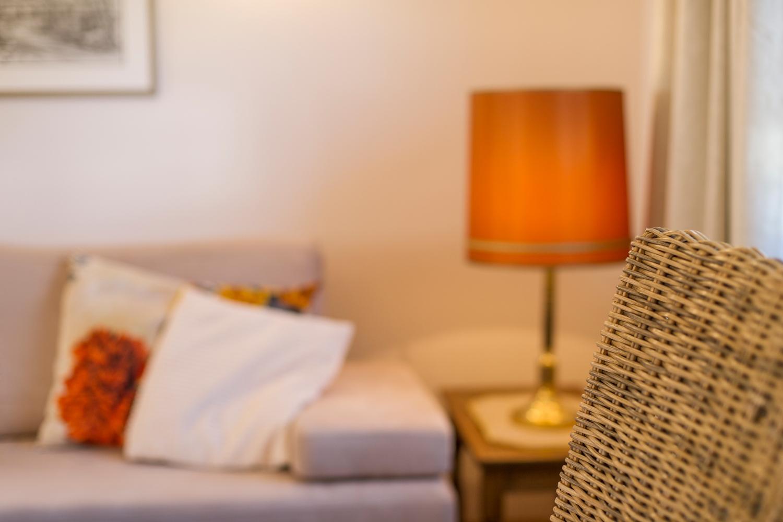 Wohnzimmer, Schlafsofa und Lampe
