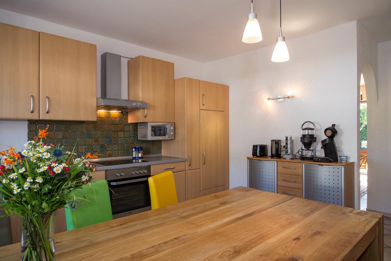 Küche mit Herd, Microwelle und Spülmaschine