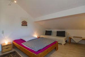 """Zimmer """"Frieda"""" mit einem breiten und einem normalen Bett"""