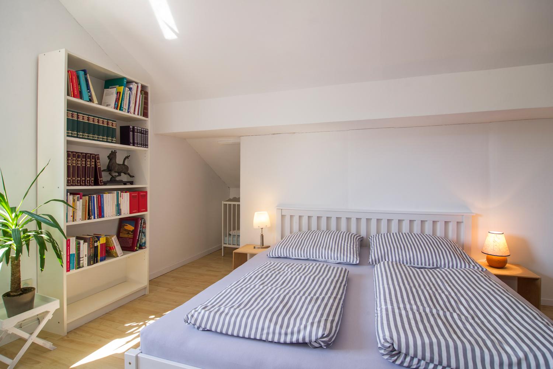 Zimmer Luise: Doppelbett, Bücherregal