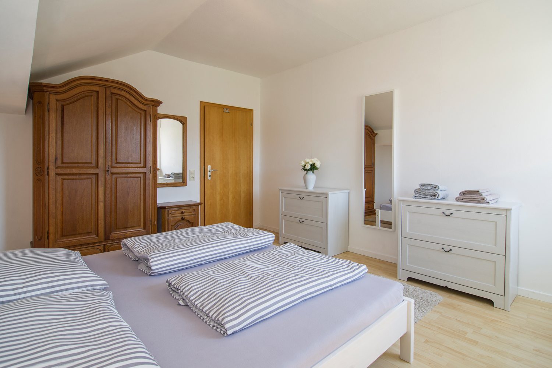 Doppelbett und Schrank im Schlafzimmer