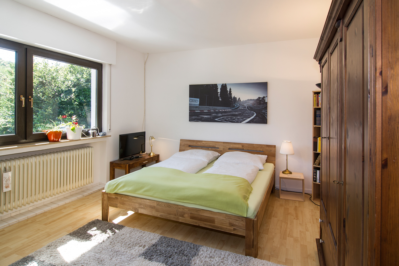Zimmer Oskar: Doppelbett, Fenster zum Garten