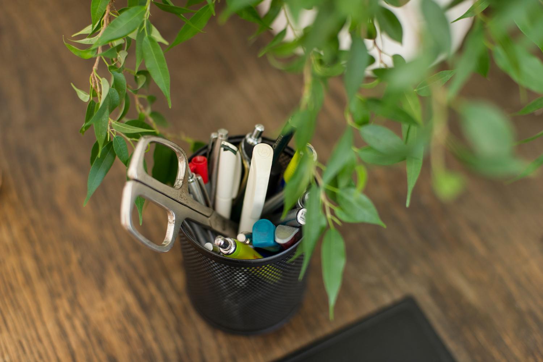 Stiftebox auf dem Schreibtisch