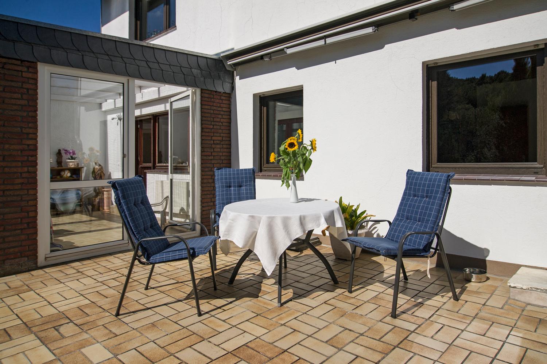 Gartenstühle und -Tische auf der Terrasse