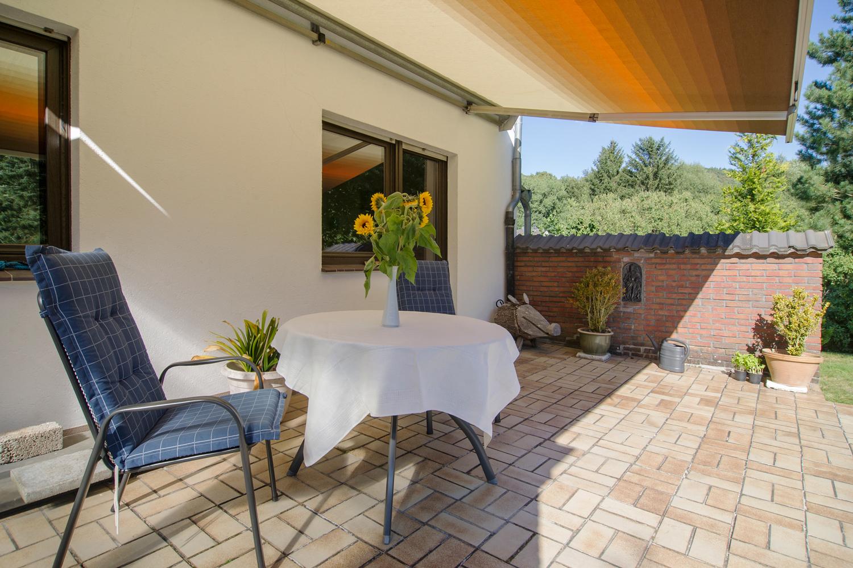 Eine Markise schützt die Terrasse bei Sonnenschein