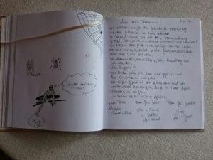 Stammgäste schreiben ins Gästebuch