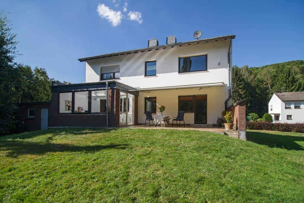 Hausansicht und Nachbarn Ferienhaus-Faltmann