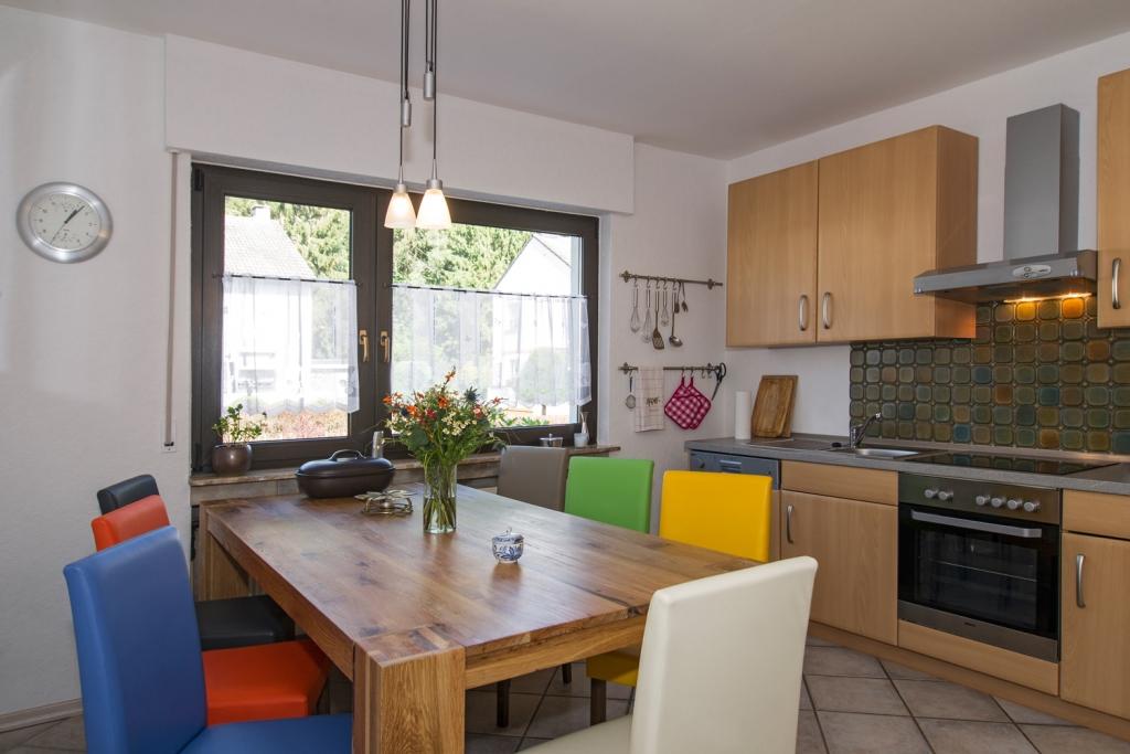 Küche mit Esstisch und Küchenzeile