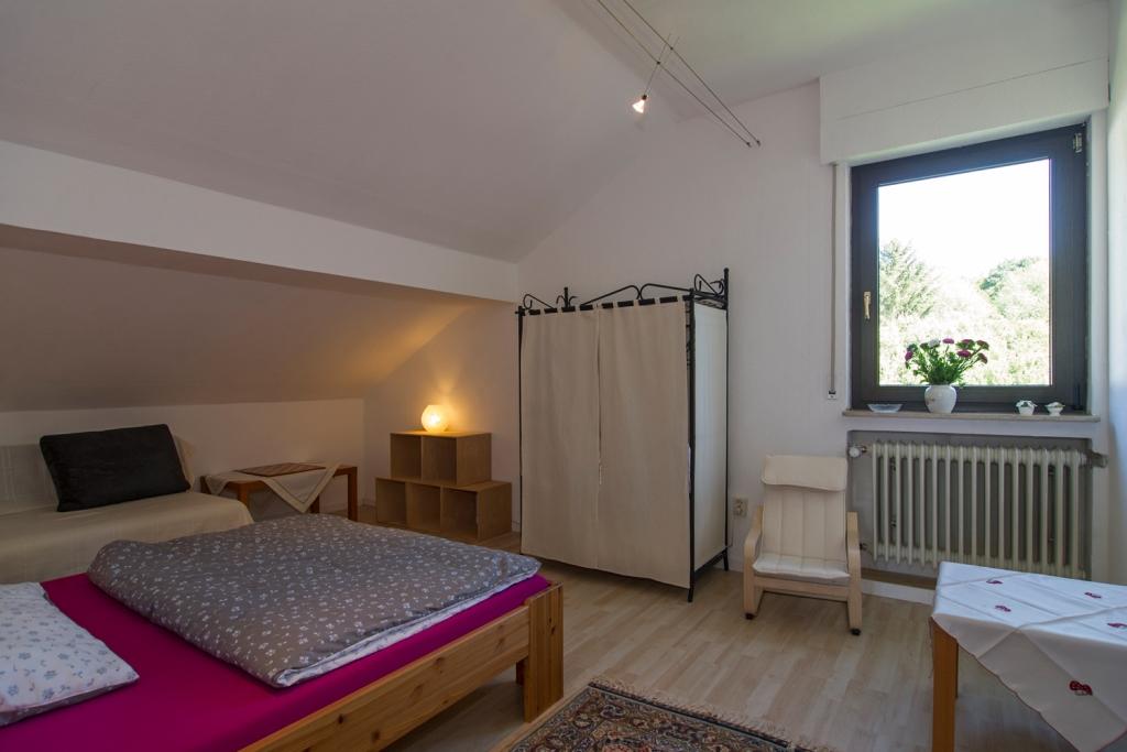 Schlafzimmer Frieda mit Fenster zur Pferdewiese