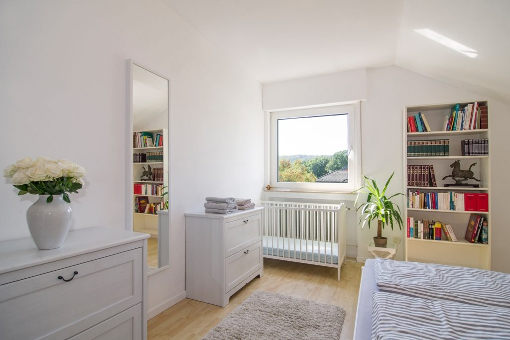 Zimmer Luise mit Babybett Ferienhaus-Faltmann
