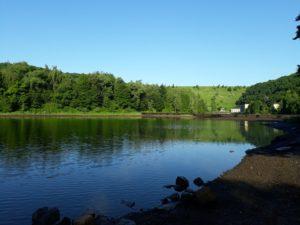 Morgenwanderung: Blick über den See zum Staudamm und gelben Kraftwerk
