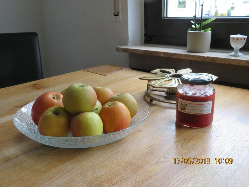 Obst und Marmelade auf dem Küchentisch