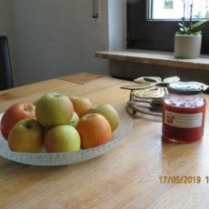 Obst und hausgemachte Marmelade auf dem Küchentisch machen Gäste glücklich