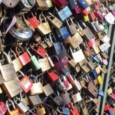 Liebesschlösser auf der Hohenzollerenbrücke in Köln als Symbol für den Lockdown